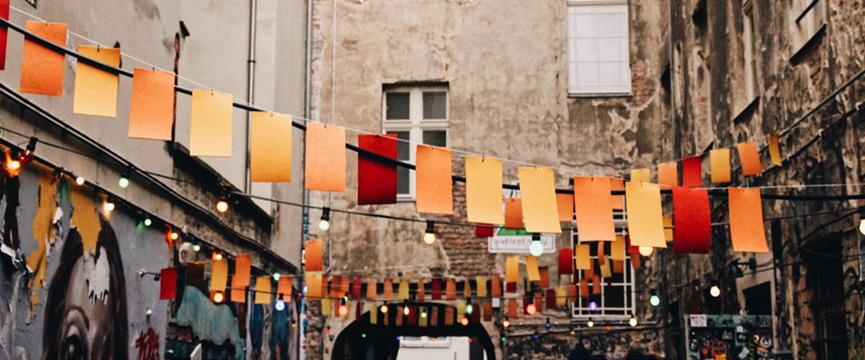 Hauswand mit Papierfetzen auf Wäscheleine