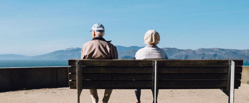 Senioren sitzen auf Bank